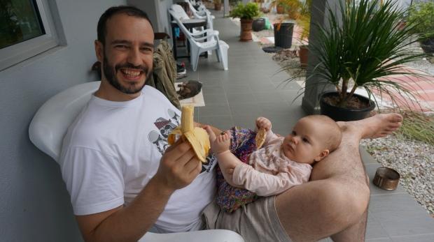 Banane und Maiswaffel als Zwischenmahlzeit