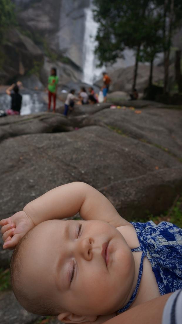 Schlafen kann man überall - auch an Wasserfällen. Hauptsache, man ist auf Mamas Arm!