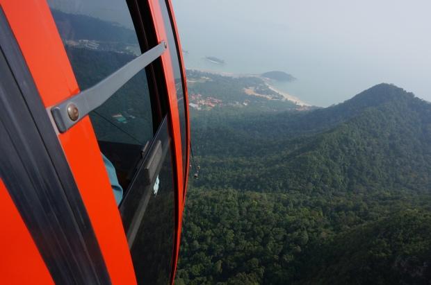 In schwindelerregender Höhe gleitet man über das Cincang-Gebirge