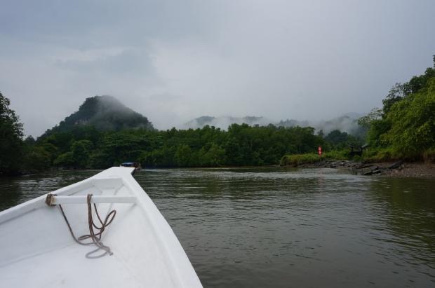 Im Boot erkunden wir die Landschaft