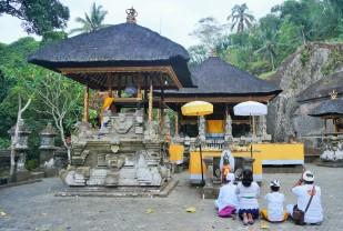 Abendgebet im Gunung Kawi Tempel