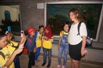 Kichernde Schulmädchen bitten um ein Foto