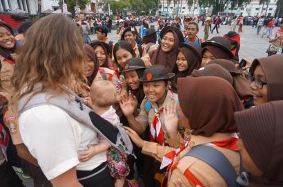 Umzingelt von einer Gruppe Pfandfindern in Jakartas Altstadt