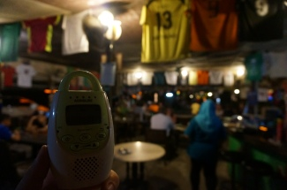 Abends mit Babyphone im Restaurant