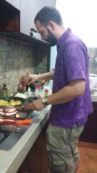 Abschlussessen kochen im neuen Batik-Hemd: es gibt Tortilla und Frikadellen