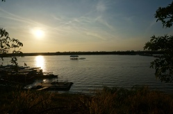 Sonnenuntergang am schwimmenden Dorf
